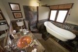 Kambaku safari lodge en suite bathroom